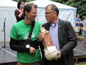 Axel Kalteich erhält den Preis von Ronald Pohle